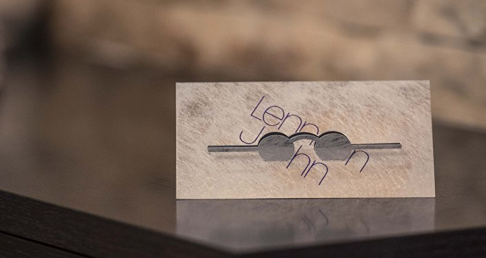 Открытка из дизайн-проекта Card Rock Алексея Лысогорова, сочетающая графический минимализм и игру с материалом