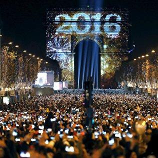 Французы традиционно собираются возле Триумфальной арки на Елисейских полях в Париже