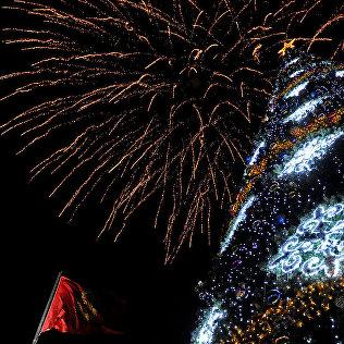 Главная елка страны на фоне салюта на площади Ала-Тоо во время празднования Нового года