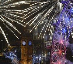 Праздничные фейерверки вокруг колеса London Eye, башни Биг Бен и Дома парламента во время празднования Нового Года. Архивное фото