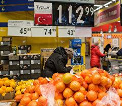 Жители России покупают турецкие фрукты в одном из магазинов города. Архивное фото
