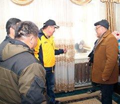 Ош шаарынын мэри Айтмамат Кадырбаев көп кабаттуу үйлөргө жылуулуктун берилиш сапатын текшерүү кезинде.
