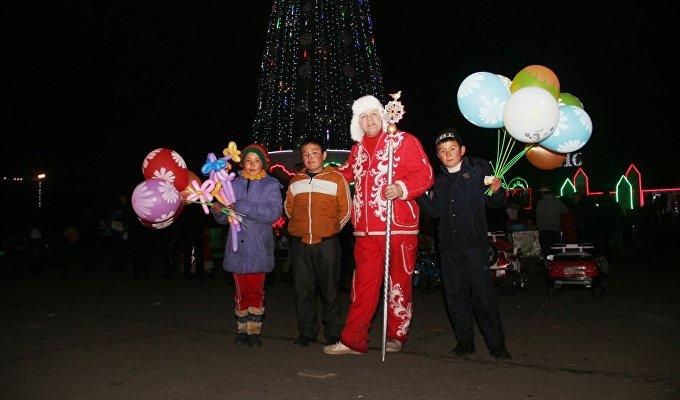 В город Ош в субботу прибыл официальный посланник российского Деда Мороза из Великого Устюга Сергей Рычков.