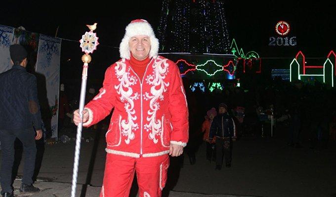 В Кыргызстане он сделал новогодние подарки детям российских соотечественников, поздравил детей сирот и инвалидов в городах Бишкек и Каракол.