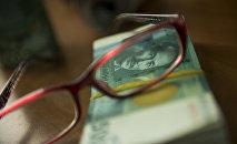 Очки на пятитысячных купюрах. Архивное фото