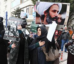 Сауд Аравиясындагы митингдин катышуучулары.