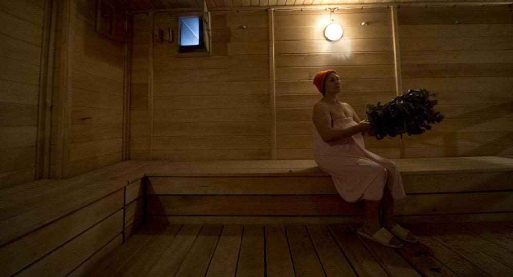 Женщина в бане с веником. Архивное фото