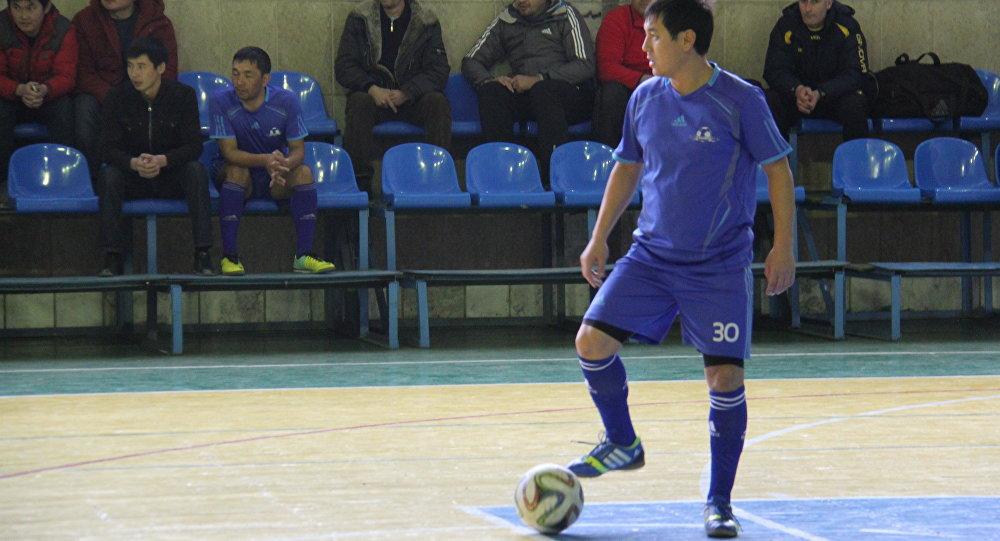 Футболист с мячом на мини-футбольном турнире Наристе-2016.