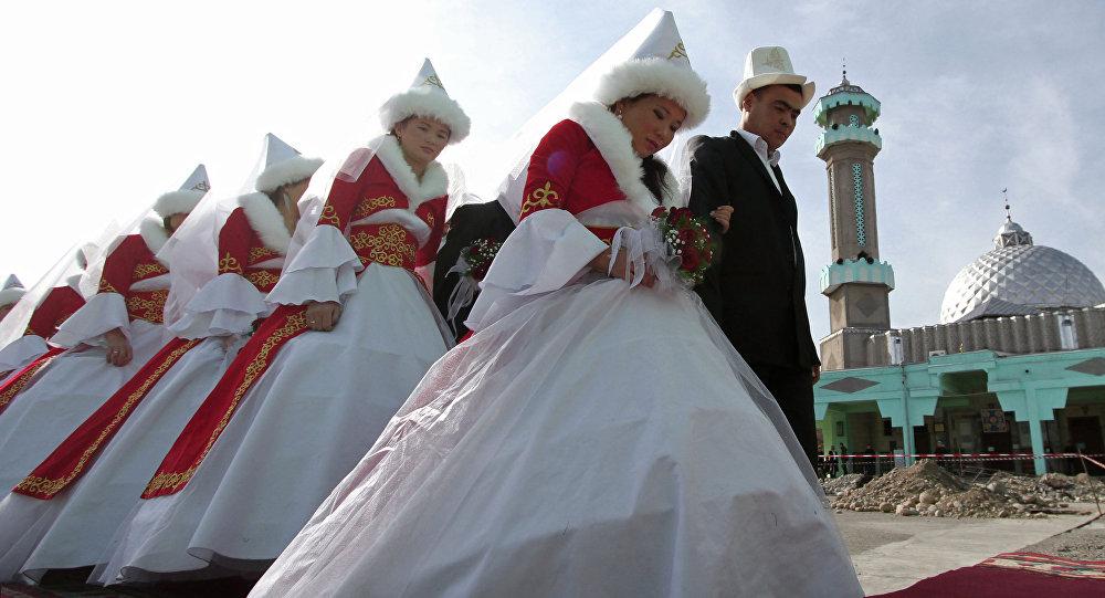 Молодожены перед обрядом бракосочетания в мечети. Архивное фото