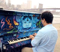 Азамат Сыдыков исполнил композицию Маш Ботой на пианино и снял клип в США