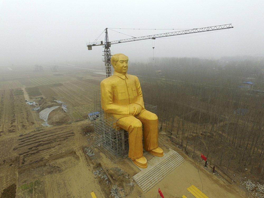Установленная 36,6-метровая статуя Мао Цзэдуна в провинции Хэнань