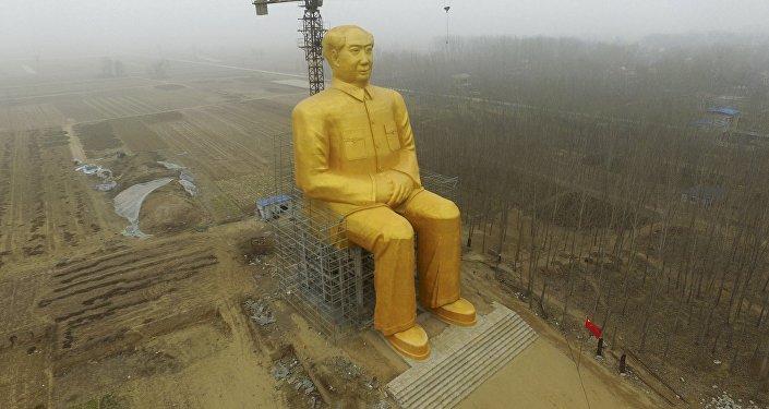 Позолоченная статуя Мао Цзэдуна установленная в провинции Хэнань в Китае.