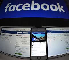 Страница социальной сети Фейсбук на компьютере, планшете, айфоне. Архивное фото