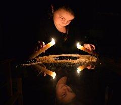 Девушка принимает участие в рождественских гаданиях. Архивное фото