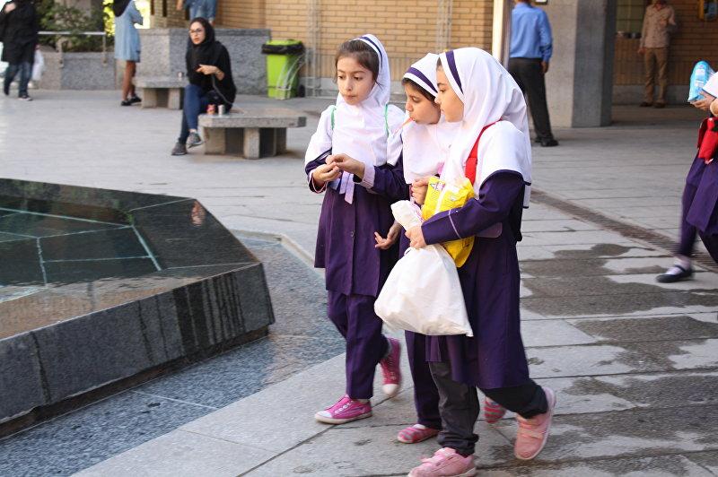 Школьницы в Тегеране