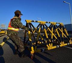 Пограничник в Южной Кореи устанавливает баррикады на границе.