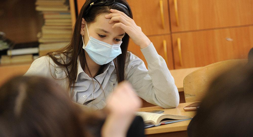 Медициналык маска кийген кыз. Архив