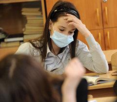 Девушка в медицинской маске. Архивное фото