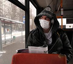 Молодой человек в медицинской маске. Архивное фото