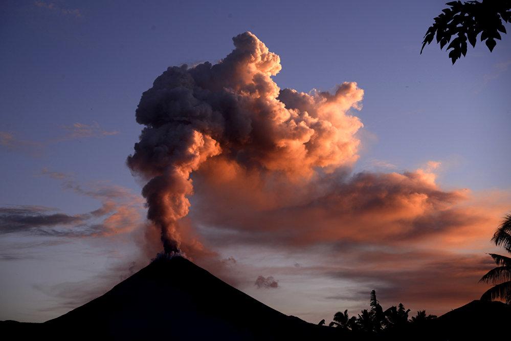 Активизация вулкана Сопутан в Индонезии