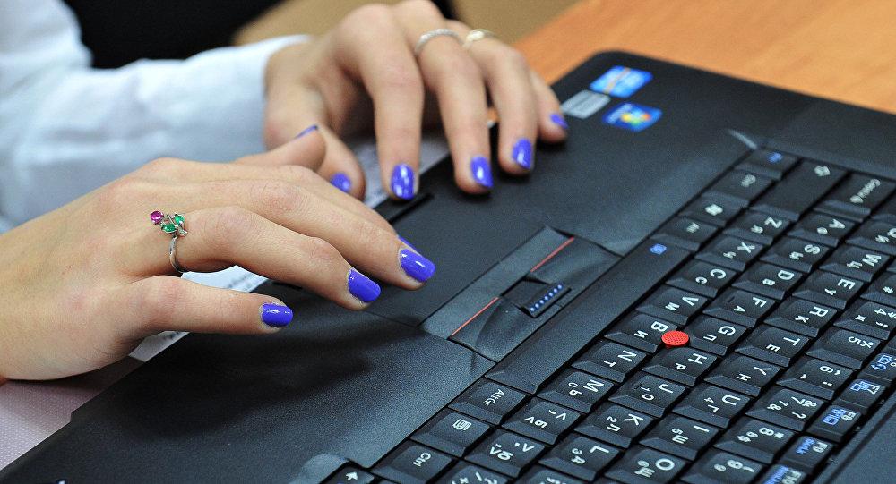 Девушки секси за компьютером