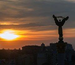 Закат на площади Независимости в Киеве. Архивное фото