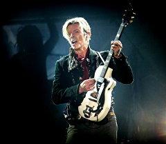 Легендарный британский рок-музыкант Дэвид Боуи во время выступления в Копенгагене.  Архивное фото