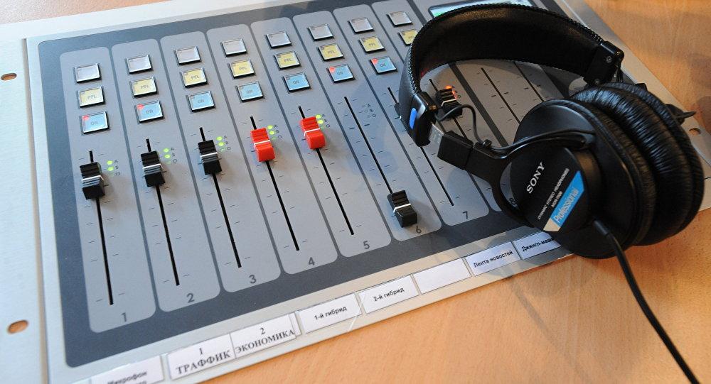Пульт диджея на радиостанции. Архивное фото