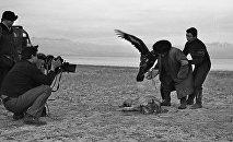 Документальный фильм Манасчи — одна из первых картин Шамшиева. Рабочий момент съемок