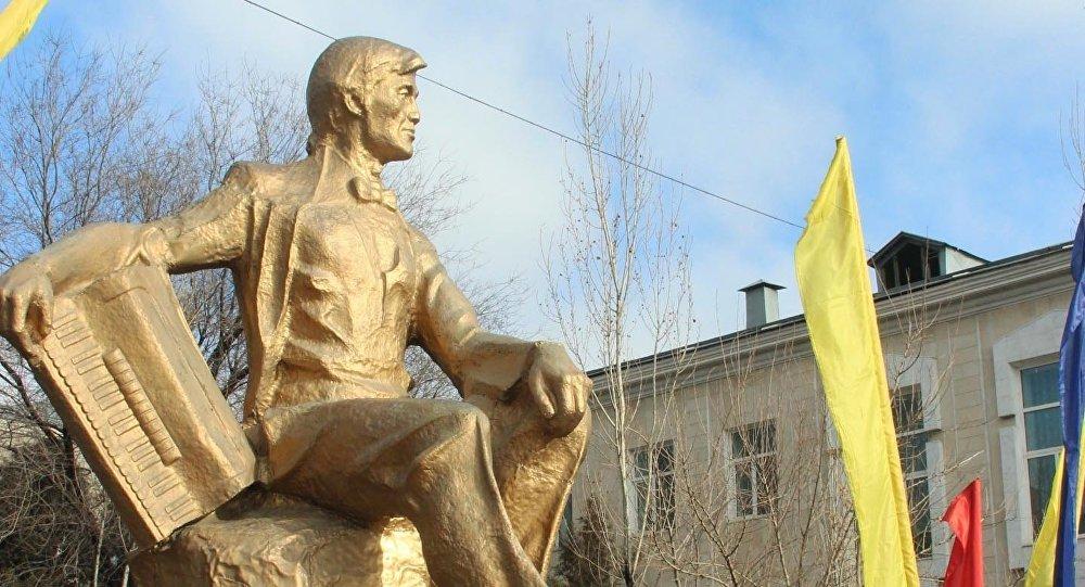 Таланттуу композитор жана аткаруучу Рыспай Абдыкадыровдун айкели. Архив