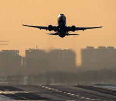 Самолет Airbus A320 совершает взлет с аэропорта. Архивное фото