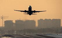 Самолет совершает взлет. Архивное фото
