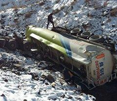 12-январда кечке жуук Бишкек — Ош унаа жолунун 116-чакырымында (Жайыл району) оодарылып кеткен май ташуучу унаа