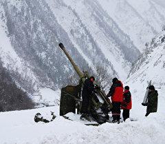 Работы по принудительному спуску снежных лавин. Архивное фото