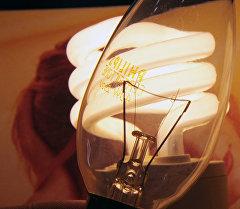 Лампа накаливания и энергосберегающая лампочка. Архивное фото