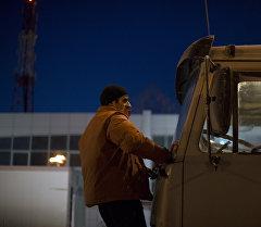 Водитель грузовика на парковке. Архивное фото