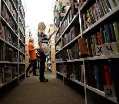 Библиотекадагы адам. Архив