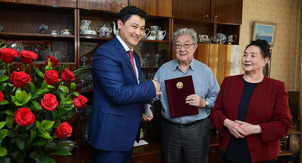 Первый замрук аппарата президента Улукбек Марипов поздравил с 80-летним юбилеем героя Кыргызстана, народного писателя Кыргызской Республики и драматурга Бексултана Жакиева.