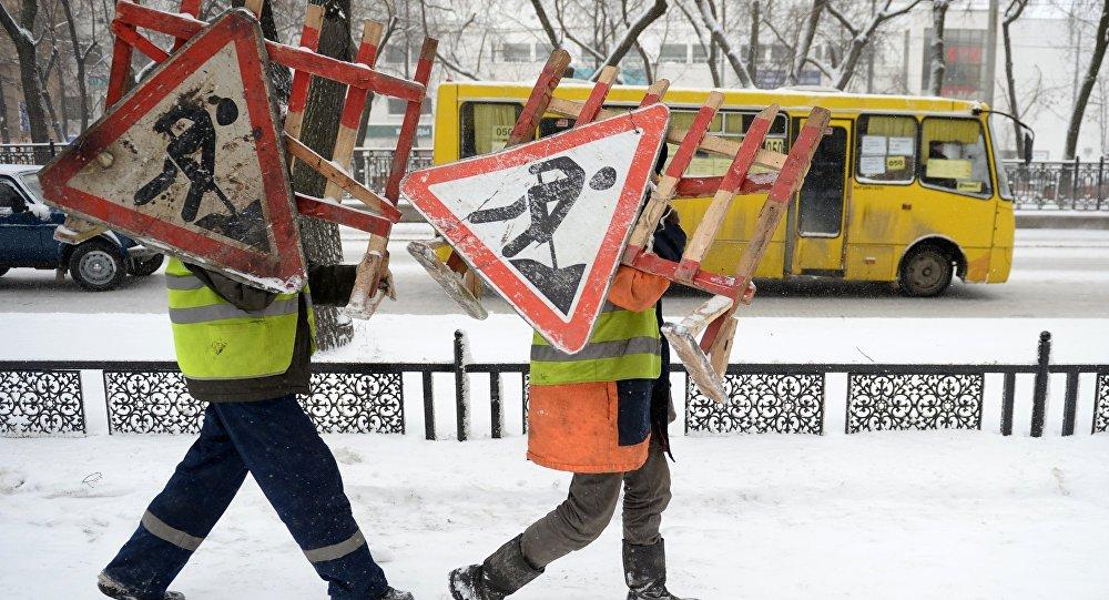 Работники коммунальных служб несут ограждения со знаком Ремонтные работы. Архивное фото