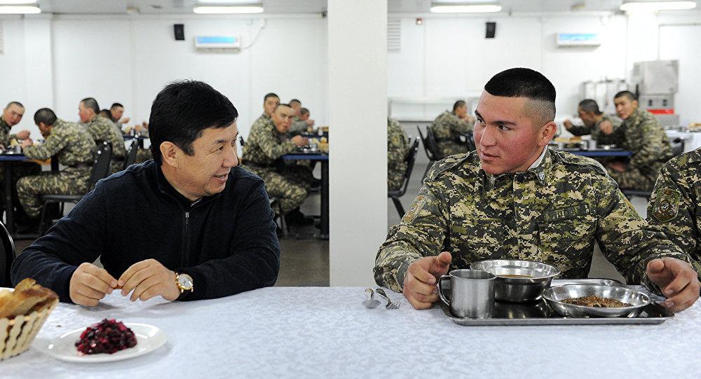 Премьер-министр Кыргызской Республики Темир Сариев в столовой с солдатами Нацгвардии