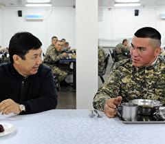 Премьер-министр Темир Сариев аскер ашканасында. Архив
