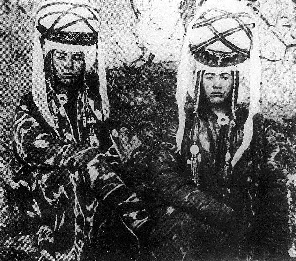 Этот снимок девушек из знатных кыргызских семей был сделан за год до начала XX века. Наряды выполнены из ярких тканей, а на головных уборах красуются массивные серебряные украшения.