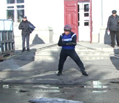 Силач из КР удержал 2 небольших грузовика, тянувших в разные стороны