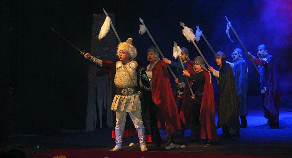 Артисты на сцене во время спектакля Барсбек по пьесе драматурга Султана Раева.