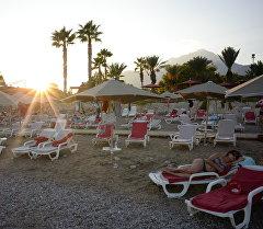 Пляж на территории гостиницы в Турции. Архивное фото