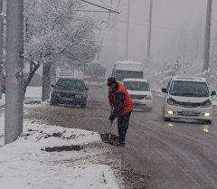 Сотрудник муниципальной службы во время уборки снега в Бишкеке. Архивное фото