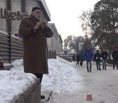 Композитор жана акын Бишкекте кайыр сурап турат