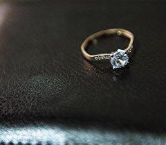 Обручальное кольцо на блокноте. Архивное фото