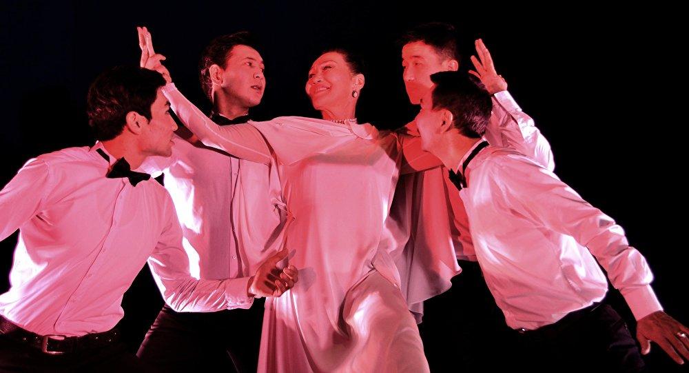 Артисты во время спектакля Суфлер Султана Раева. Архивное фото