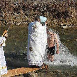 Астоятель храма протоиерей Виктор Реймген проводит обряд купания.